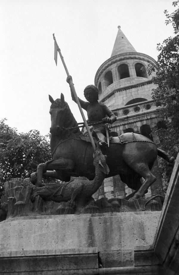 C:\Users\Múzeum\Desktop\1960. Magyarország, Budapest I., budai Vár a Kolozsvári testvérek sárkányölő Szent György szobrának másolata a Halászbástya lépcsőjénél.jpg